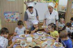 """Обед в детском саду """"Ласточка"""". Воспитательнице Наталье Яичниковой (слева) кормить детей помогает младшая воспитательница Ирина Кашина. """"Дети очень любят каши, все, кроме геркулесовой, из супов предпочтение отдают щам и борщу"""", — говорят они. Правильно питайся —  здоровья набирайся"""