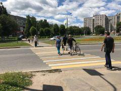 Переходить дорогу можно только спешившись, будь вы на велосипеде или самокате. Фото Максима БОБРОВАВнимание: велосипеды на дорогах! Полоса безопасности