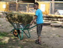 Кирилл — добровольный помощник в зверинце.Меню для зверинца фоторепортаж