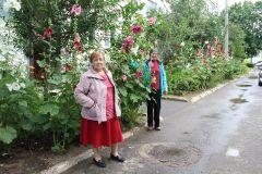 Уже более 10 лет клумбами занимается Алевтина Углова и ее соседка Зоя Кузьмина (справа).Ландшафтный дизайн на Комсомольской Навстречу 60-летию Новочебоксарска Лучшая клумба — 2020