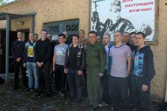 """Снимок с военкомом Сергеем Барановым на память перед дальней дорогой. Фото Юрия НИКАНДРОВА""""Иду исполнять свой долг"""" призыв"""