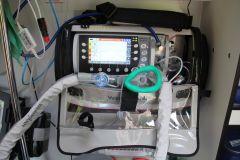 Машина снабжена аппаратом искусственной вентиляции легких.Скорая полностью обновилась скорая помощь
