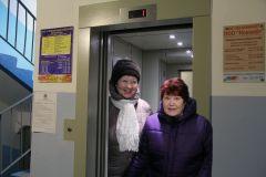 Жительницы 1-го подъезда по ул. 10-й пятилетки, 46 Надежда Болгова (слева) и Луиза Сюмкина влюбились в новый лифт с первого взгляда.  Фото Ирины ХАННАЕдем в Новый год! лифт