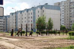 Во дворе дома № 65 по ул. Советской новую спортивную площадку облюбовала ребятня.Дворы горячей поры Комфортная среда