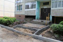 Во дворе домов № 3, 5, 7 по ул. 10-й пятилетки строители пока обозначили лишь каркас будущего благоустройства.Дворы горячей поры Комфортная среда