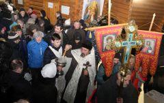 В крещенскую ночь купели в Новочебоксарске посетили около 2000 человек.  Фото Марии СМИРНОВОЙВ Иордань за чудом и здоровьем Крещение