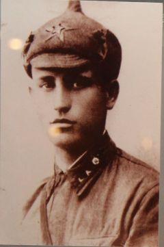 Егор Алексеев, один из восьми сыновей Татьяны Алексеевой, на Украине повторил подвиг Матросова, бросившись на фашистскую амбразуру.Они отдали за Киев жизни Бессмертный полк