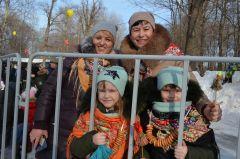 Евгения Корнилова с дочками 7-летними Машей и Дашей и их крестной Татьяной Семеновой.Солнце, блины  и весеннее настроение Масленица-2019 Город счастливых семей
