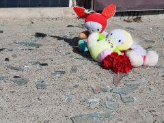 Горожане с утра приносили к дому игрушки и цветы. Фото Максима БОБРОВАРасплата или несчастный случай? пожар