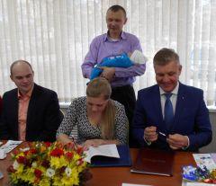 Альберт Сидоркин (справа) не скрывал эмоций во время подписания договора. Фото Ирины ЧугуновойЛьготная ипотека для молодых родителей семья Молодая семья Льготная ипотека