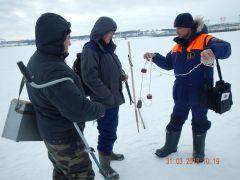 Юрий демонстрирует спасательный линь, который должен быть у рыбаков.В Новый год обойдемся  без страшных историй День спасателя