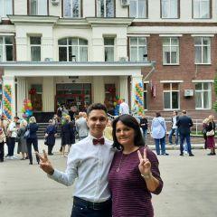 Иван Таратин 1 сентября перед началом занятий в школе ЦПМ с мамой.Мои яркие летние каникулы Школа-пресс