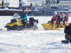 «Поедем, поедим!» в Чебоксарах: ледяная карусель и запеченный лещ в газете удивили Джона Уоррена НТВ Джон Уоррен