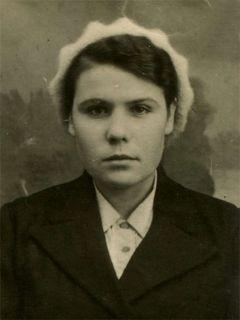 На этом снимке, взятом с заводского пропуска, Клавдии всего 16 лет, и она уже токарь, так же, как и взрослые, стоит у станка по 12 часов в день, чтобы отправить на фронт как можно больше снарядов.Моя семья и война Лица Победы 75 лет Победе