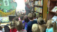 Книгопутешествие начинается с экскурсии по библиотеке. Фото из архива ДОУ № 1Сказки лечат и сближают Успех каждого ребенка Дошколенок