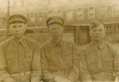 Этот снимок Кузьма Голюшев (слева) отправил супруге из Ленинграда в 1941 году. Пройдет немного времени, и его, тяжело раненного в одном из боев, чудом вывезут из блокадного города.Моя семья и война Лица Победы 75 лет Победе
