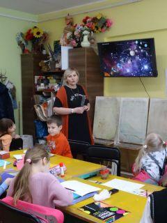 На одном из занятий в подготовительном отделении ДХШ: рисовать космос — значит, изучать его. Дети не боятся творить Мир увлечений