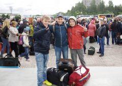 """Даниил (в центре) с друзьями Мишей (слева) и Никитой: """"Нас ждет классный отдых!""""   Фото Марии СМИРНОВОЙВот оно какое, наше лето! летний отдых летний детский лагерь Каникулы с пользой"""