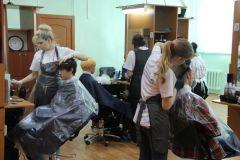 Марина Миронова (слева) окрашивает волосы после стрижки.А рабочим – лучше! профориентация