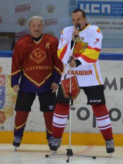 Глава Чувашии Михаил Игнатьев выразил признательность представителям потребкооперации за популяризацию спорта и здорового образа жизни в трудовых  коллективах. Слева - председатель Совета Центросоюза Дмитрий Зубов.Хоккей на высшем уровне  хоккей