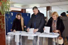 Министр здравоохранения Чувашии Владимир Викторов проголосовал вместе с семьей. Фото cap.ruУбедительная победа: страна проголосовала за Путина Выборы-2018