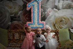 Тройняшки Аня, Саша и Юля. В конце мая в семье Казаковых отметили год со дня их рождения. Фото из личного альбома КазаковыхТрудное счастье. Как живет семья,  в которой растет тройня семья