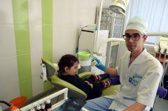 Врач-ортодонт Василий Алексеев принимает  маленького пациента. Фото предоставлены  стоматологической  поликлиникойУспех — в непрерывном  движении к совершенству Новочебоксарская городская стоматологическая поликлиника