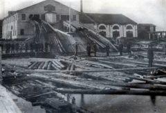 Один из росссийских лесопильных заводов начала XX века. Предприятия строили на реках, чтобы сразу грузить бревна на баржи.Торговых дел мастер Личность в истории