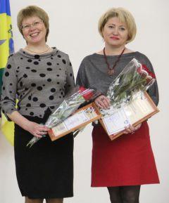 """Слева направо: Ольга Павлова и Эльвира Капитонова. """"В глазах у вас — озера доброты..."""""""
