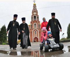 Отец Илия (второй слева)  со своими сыновьями и внуками.  Фото из архива редакцииДень рождения настоятеля Илия Карлинов