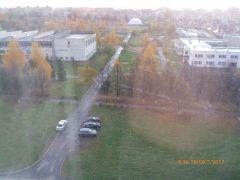Такой вид открывается из окна нашего читателя А., проживающего в доме № 4/2 по ул. Пионерской.На траве пасутся машины парковка