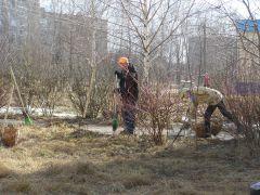 Сотрудники ГОиЧС вышли на уборку одними из первых.  Фото Алены ШеверталовойГород нуждается  в макияже экологический субботник весенние субботники