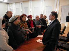 Все вопросы горожан не уместились в регламент встречи. Фото автораНовый мэр начинает с кровель Встреча