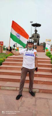 Платонов у памятника Хари Сингху.Велопробег Независимости Индии. Репортаж с веломероприятия в г. Джамму велопробег