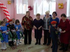 Почетными гостями праздника стали бывшие сотрудники детского сада, проработавшие в ДОУ № 13 три десятка лет и более.Тринадцатый — счастливый