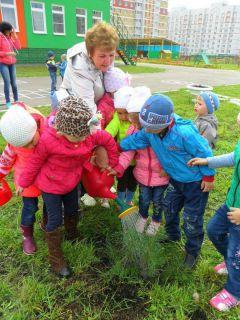 """В детском саду № 1 реализуют множество проектов. Таких как \""""Посади дерево\"""". Фото из архива детсада № 1""""В глазах у вас — озера доброты..."""""""