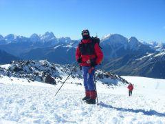 Приэлбрусье,  проходит акклиматизацию - поднялся выше Приюта одиннадцати  на высоту 4700 мЛучший отдых — испытания в горах! Эльбрус горы альпинист Активное долголетие