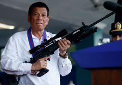 """Президент Филиппин Родриго Дутерте с винтовкой """"Галиль"""". Архивное фото. ria.ruНе бери и не давай Зона коррупции"""