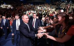 На форуме каждый участник хотел пожать руку Президенту России. Фото с сайта kremlin.ruСтуденты Чувашии встретились  с Владимиром Путиным Президент России Владимир Путин