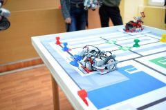 Роботы автономны - выполняют задачи без участия человека, по заложенным в них программамШкольники учат роботов играть в футбол Цифровая Чувашия робототехника