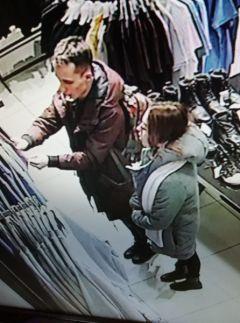 Полицейские устанавливают личности двух молодых людей, подозреваемых в хищении денег с утерянной банковской карты
