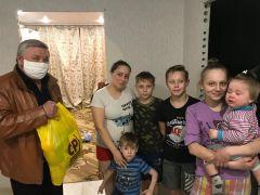 Благотворительная деятельность депутата Госсовета Чувашии Сергея Семенова (слева) в основном ориентирована на поддержку многодетных семей.В едином порыве Я - волонтер Бумеранг добра #мывместе