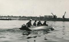 Еще не было ГЭС, жители юного Новочебоксарска на моторных лодках семьями перебирались отдыхать на левый берег Волги, а потом возвращались. Обратите внимание, спорткомплекса тогда еще тоже не было.  Фото из архива В.СироткинаШестидесятые романтичные Новочебоксарску — 56!