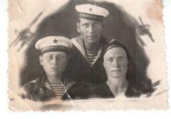 Андрей Кузьмич Смолин (слева) с женой Евдокией Алексеевной Смолиной и своим фронтовым другом.Великий праздник с горьким привкусом слез