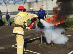 Тушение горящей жидкостиНа Чебоксарской ГЭС прошли соревнования пожарных-добровольцев РусГидро