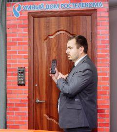 """Узнать, кто пришел, можно с помощью обычного смартфона. Фото филиала в ЧР ПАО """"Ростелеком""""""""Интернет вещей"""" уже на пороге! Откройте ему дверь! Филиал в Чувашской Республике ПАО «Ростелеком» умный дом"""