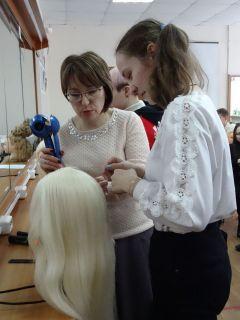 В мастерской парикмахеров особенно интересно было школьницам.На пороге призвания. Как школьникам помогают определиться с профессией