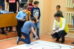В одном из соревновании РОБОФИНИСТа роботы участников должны были пройти трассу, не съезжяя ее, за самое короткое время.Школьники учат роботов играть в футбол Цифровая Чувашия робототехника