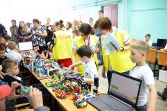 В рамках регионального робототехнического фестиваля состоялся конкурс по образовательной робототехнике «RoboJunior». Участие в нем приняли младшие школьники и дошколята. Школьники учат роботов играть в футбол Цифровая Чувашия робототехника