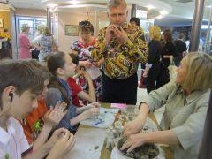Министр культуры Чувашии Вадим Ефимов тоже попробовал изготовить глиняную свистульку. Фото автораМузы, космос и природа ночь музеев